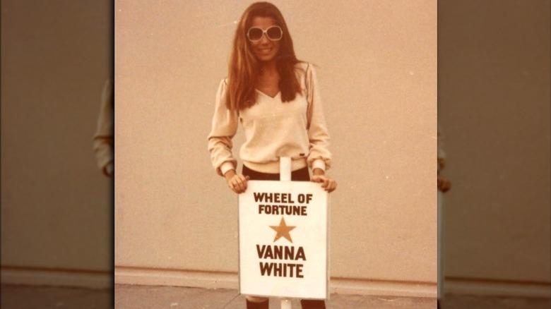 Vanna White derrière le parking sign