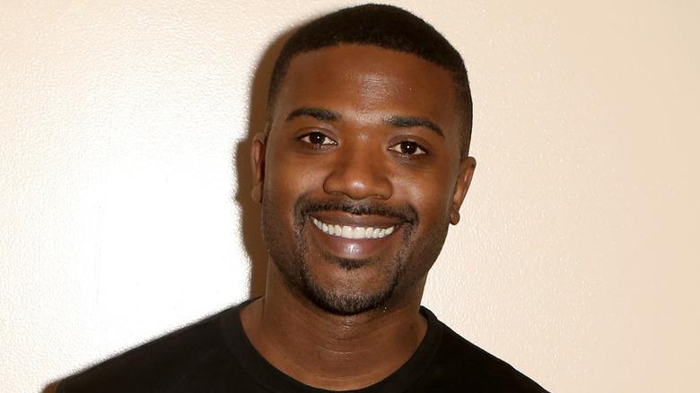 Ray J souriant