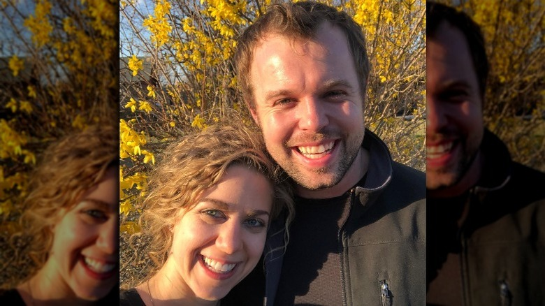 Abbie et John David Duggar souriant dans la nature