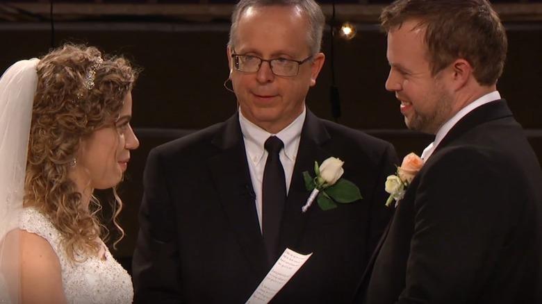 John David et Abbie Duggar à l'autel avec le père d'Abbie