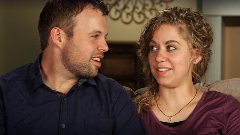 John David et Abbie Duggar assis sur un canapé