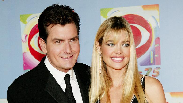 Charlie Sheen et Denise Richards souriant