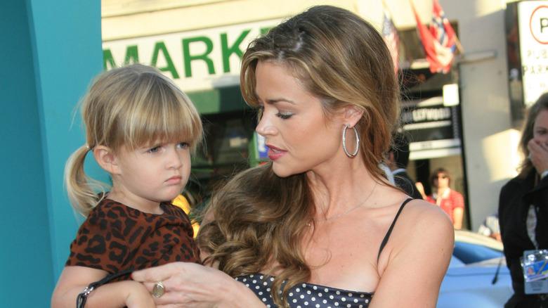 Denise Richards tenant un jeune enfant