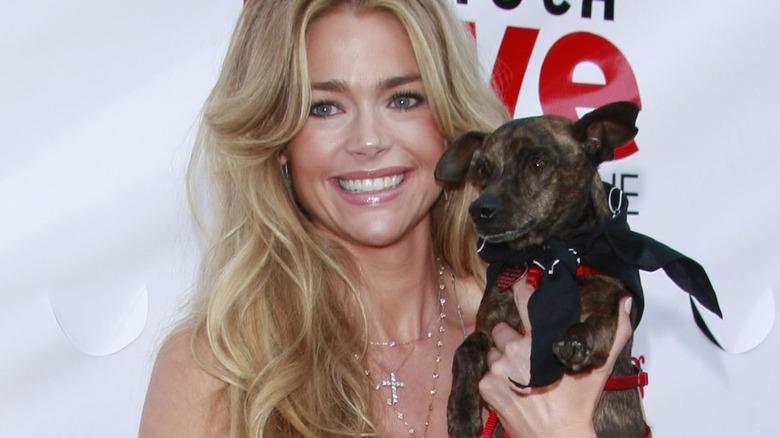 Denise Richards tenant un petit chien