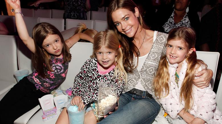 Denise Richards entourée de ses filles