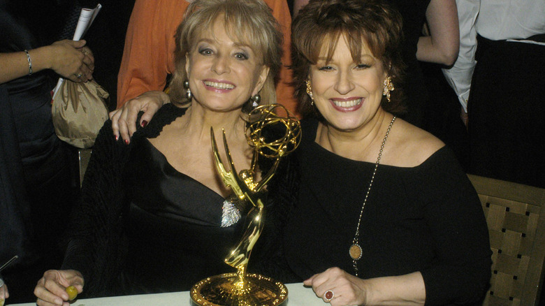 Barbara Walters et Joy Behar sourient aux Emmys