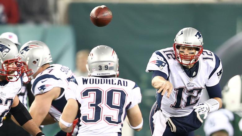 Tom Brady jouant au football
