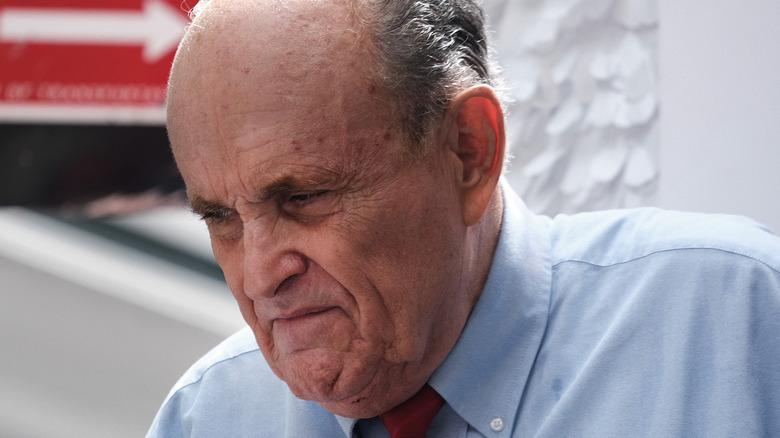 Rudy Giuliani regardant vers le bas en fronçant les sourcils