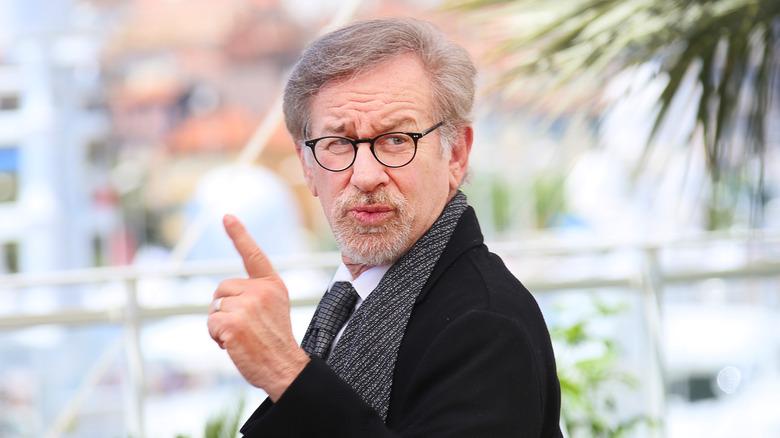 Steven Spielberg gesticule.