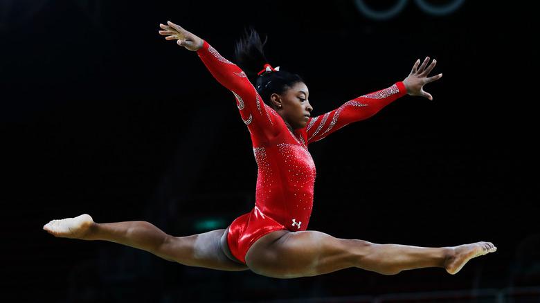 Simone Biles sautant dans les airs