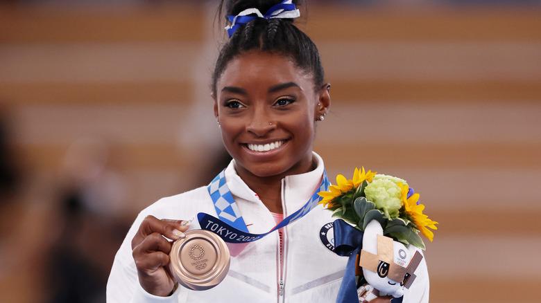Simone Biles tient sa médaille de bronze