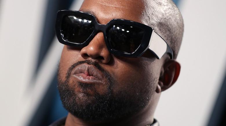 Kanye West portant des lunettes de soleil