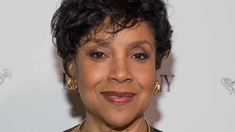 Phylicia Rashad souriant à moitié large