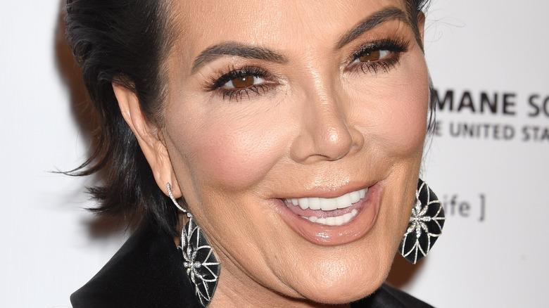 Kris Jenner souriant pour les caméras