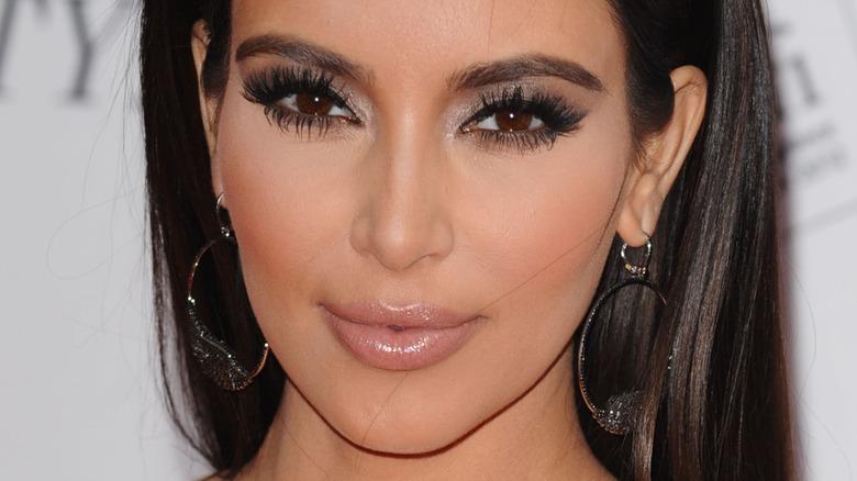Kim Kardashian souriante