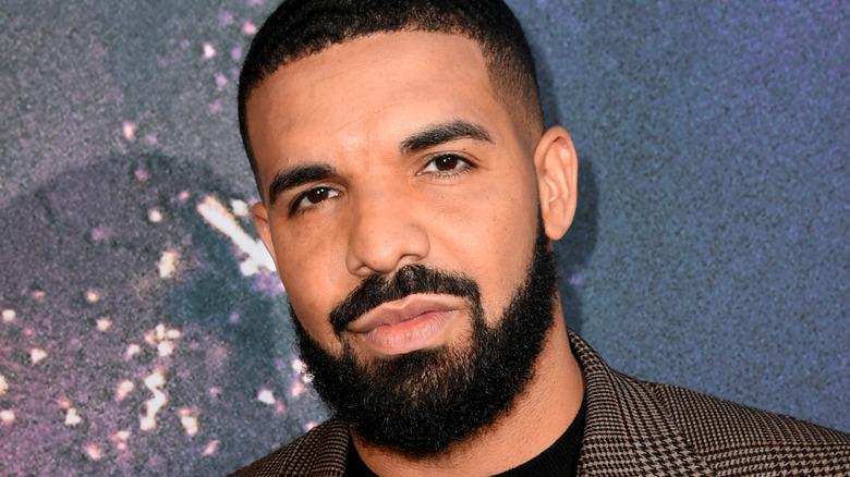 Drake posant sur tapis rouge