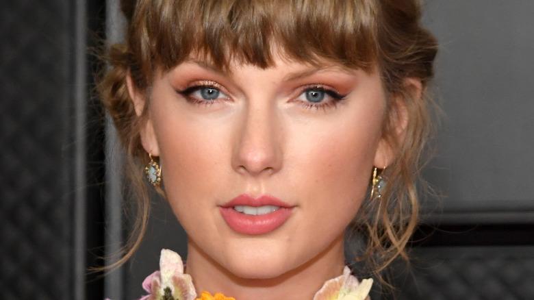 Taylor Swift regarde la caméra