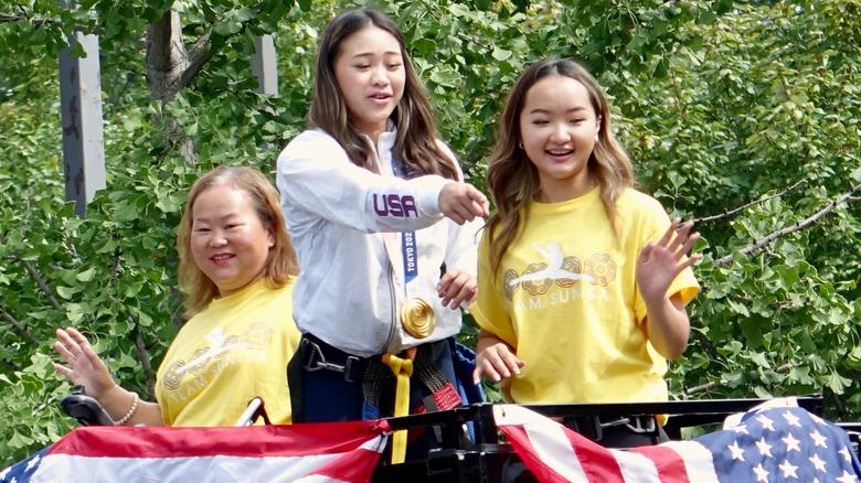 Suni Lee avec sa sœur et sa mère