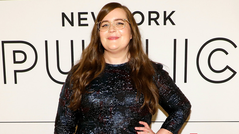 Aidy Bryant souriant