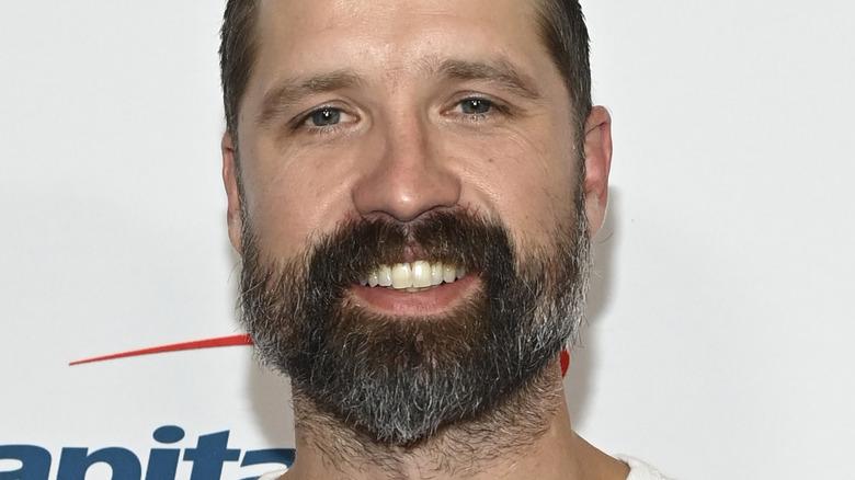 Walker Hayes souriant avec barbe