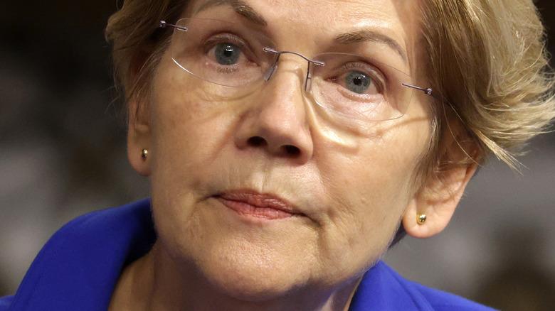 Elizabeth Warren fronçant les sourcils