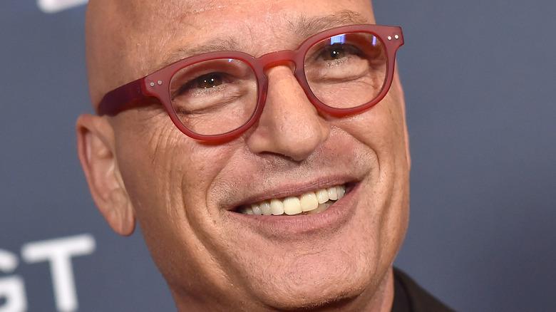 Howie Mandel sourit sur le tapis rouge