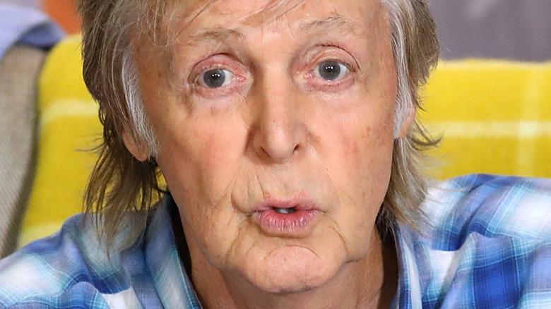 Paul McCartney parlant avec une expression sérieuse