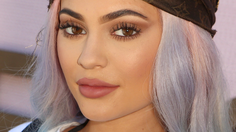 Kylie Jenner avec une expression plate